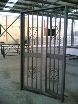 Inferriate e cancellate in ferro per esterni - Finestre condominiali aperte o chiuse ...